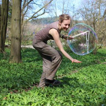 Riesenseifenblasen kaufen Kindergeburtstag Gruppenspiele Outdoorspiele Freiburg Große Seifenblasen mieten
